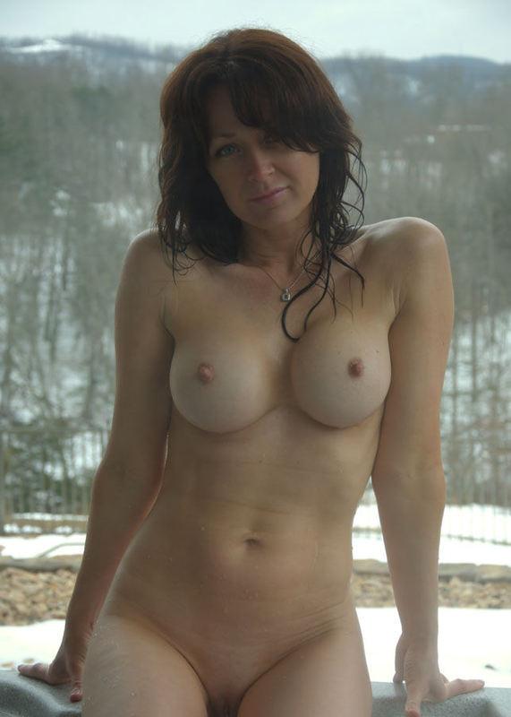 40-летняя мама греется зимой в теплом бассейне 8 фото