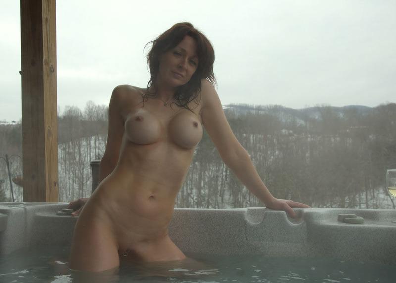 40-летняя мама греется зимой в теплом бассейне 7 фото