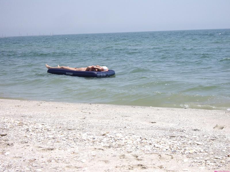 Групповой секс любителей на безлюдном пляже 19 фото