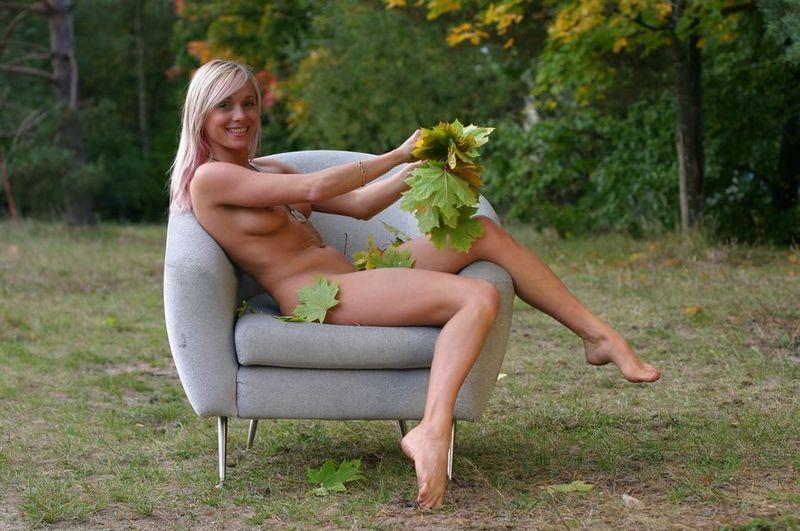 Обнаженная блондинка гуляет на природе и собирает листья 1 фото