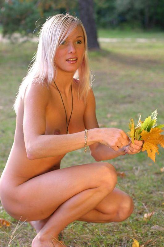 Обнаженная блондинка гуляет на природе и собирает листья 15 фото