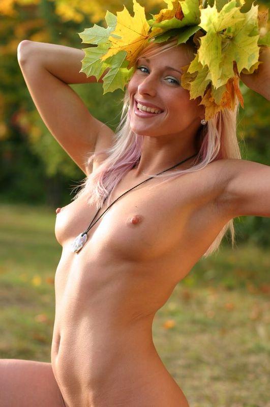 Обнаженная блондинка гуляет на природе и собирает листья 9 фото