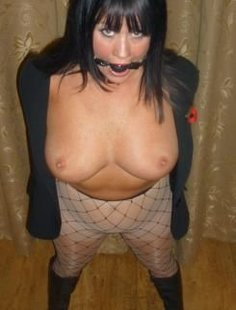 Зрелая брюнетка любит половые игры
