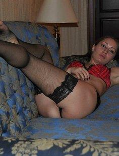 Пошлячка из Чехии одела чулки и приглашает мужа трахнуть ее
