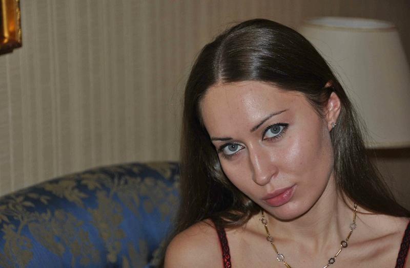 Пошлячка из Чехии одела чулки и приглашает мужа трахнуть ее 1 фото