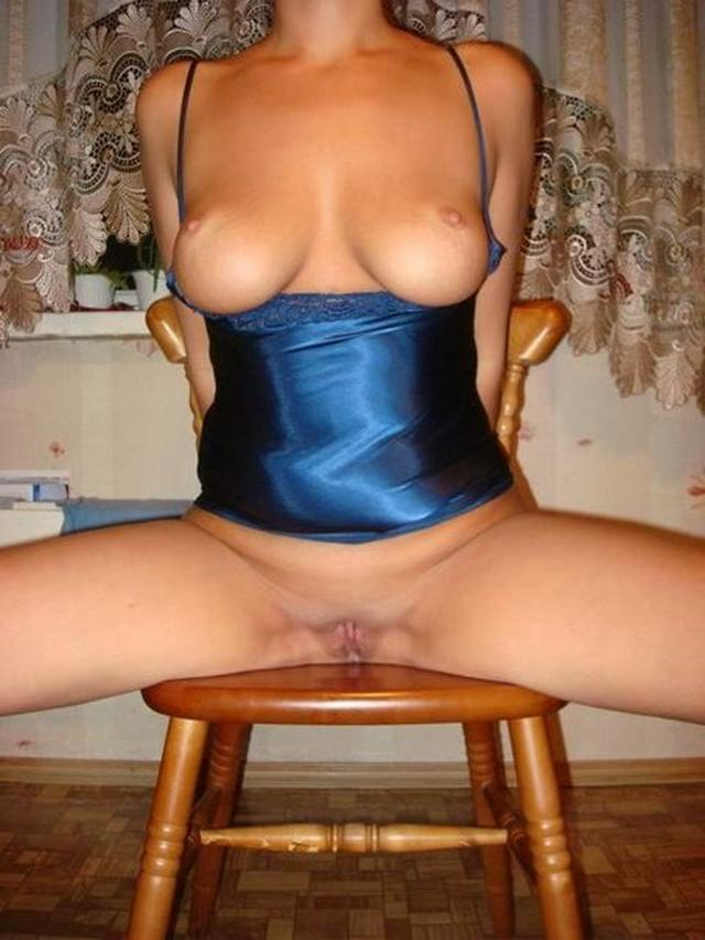 Брюнетка из глубинки одела чулки и позирует перед мужем 10 фото