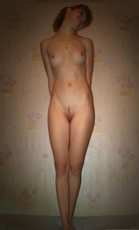 На кровати оголила свое тело 3 фото