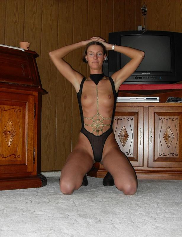Тощая девка сует в себя самотык 6 фото