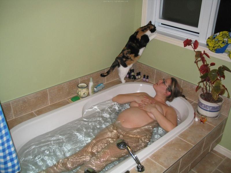 Беременная принимает ванную 4 фото