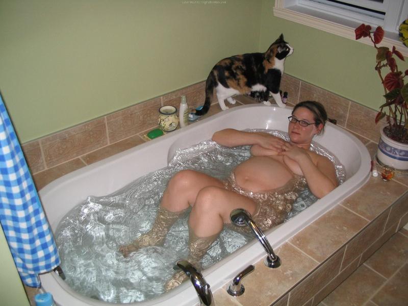 Беременная принимает ванную 3 фото