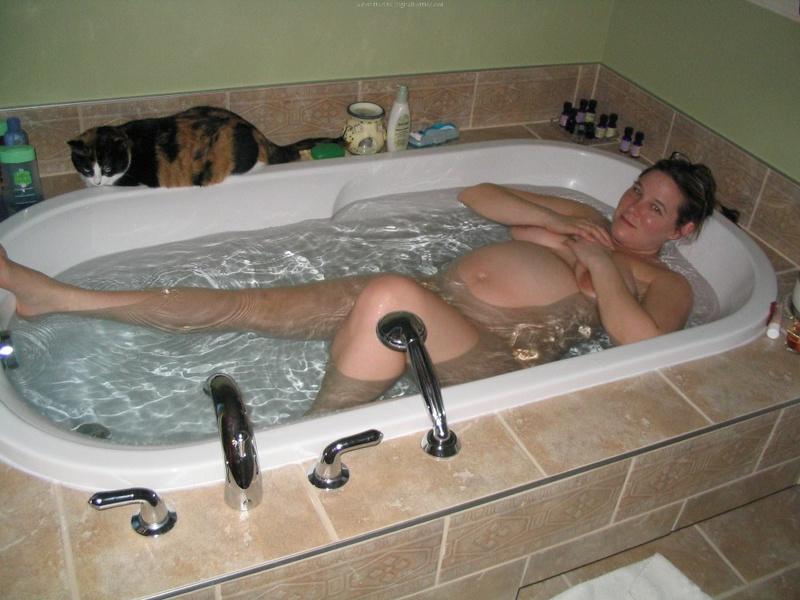 Беременная принимает ванную 1 фото