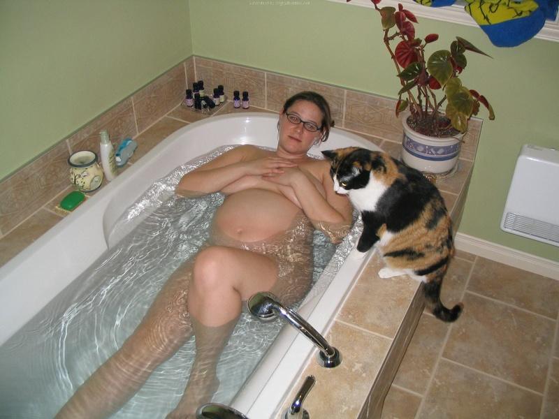 Беременная принимает ванную 8 фото