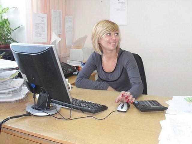 После работы в офисе блондинка оголяет перед зеркалом маленькие титьки 5 фото