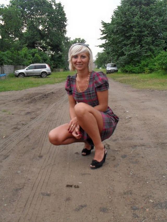 После работы в офисе блондинка оголяет перед зеркалом маленькие титьки 4 фото