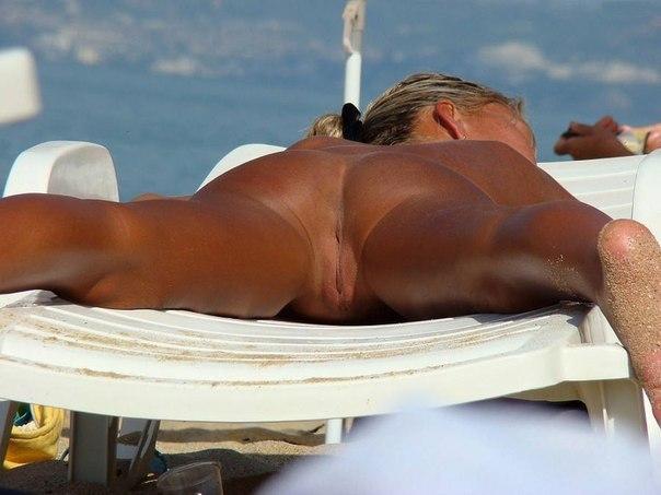 Сексапильные милашки не стесняются обнажаться на пляже 3 фото