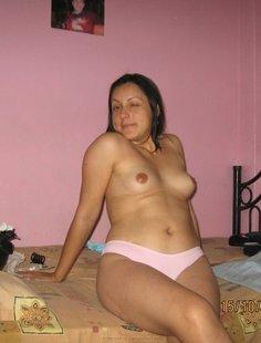Мамаша сняла розовый лифчик и показывает сиськи на кровати