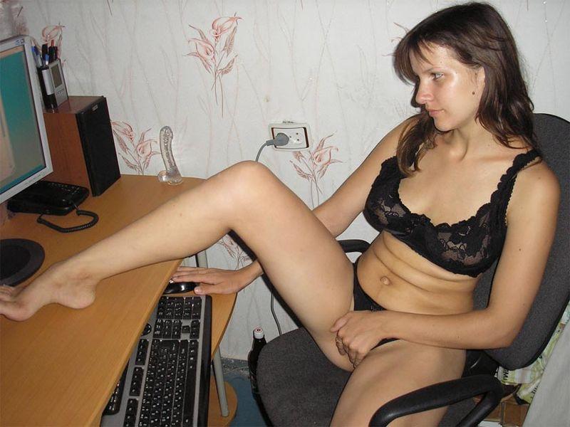 Деваха развлекает себя мастурбацией киски 3 фото
