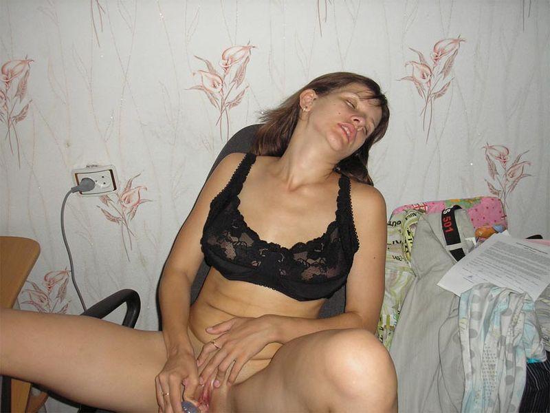 Деваха развлекает себя мастурбацией киски 14 фото