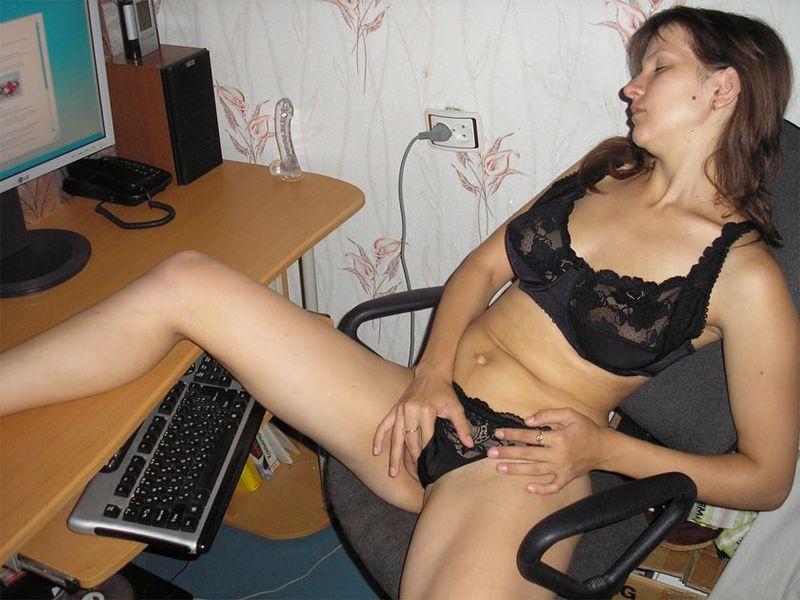 Деваха развлекает себя мастурбацией киски 4 фото