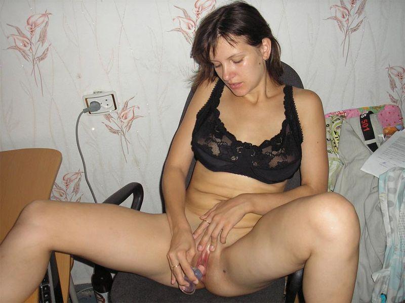 Деваха развлекает себя мастурбацией киски 12 фото