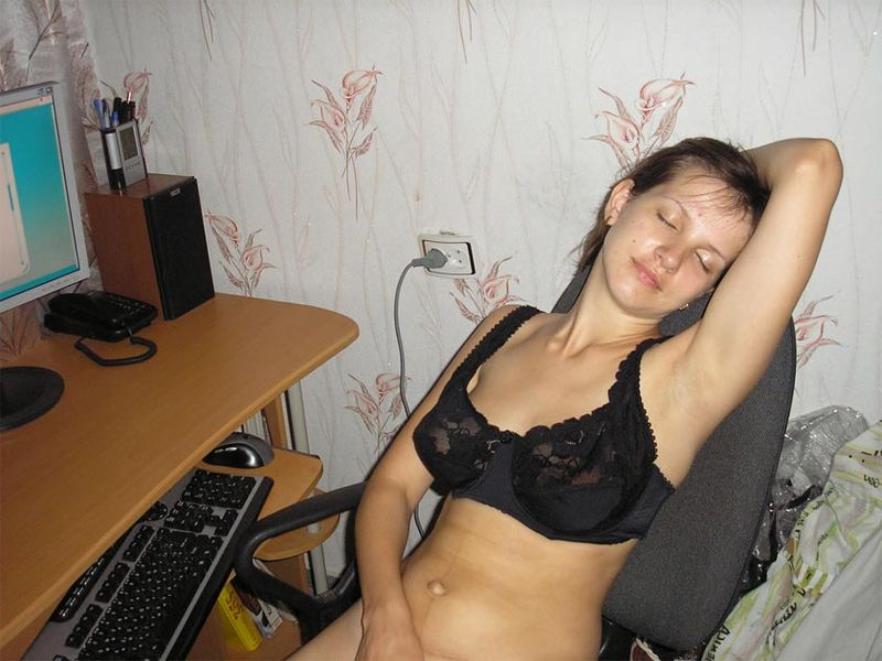 Деваха развлекает себя мастурбацией киски 8 фото