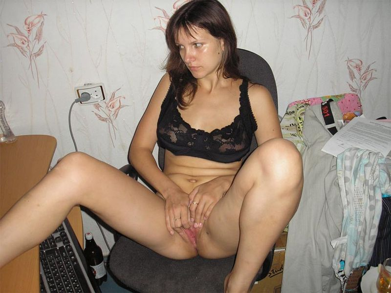 Деваха развлекает себя мастурбацией киски 7 фото