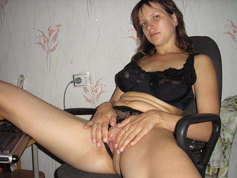 Деваха развлекает себя мастурбацией киски 5 фото