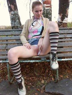 Девка из русской глубинки стягивает трусики с киски в городском парке