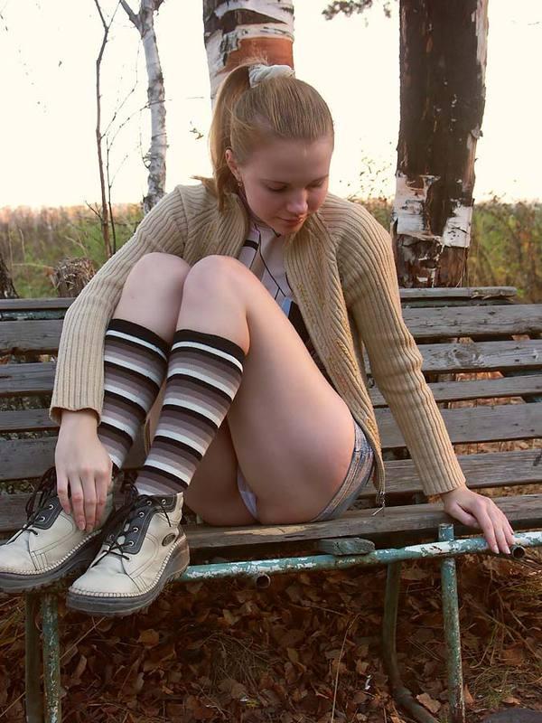 Девка из русской глубинки стягивает трусики с киски в городском парке 1 фото