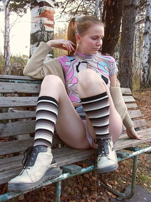 Девка из русской глубинки стягивает трусики с киски в городском парке 3 фото