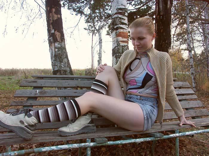 Девка из русской глубинки стягивает трусики с киски в городском парке 2 фото