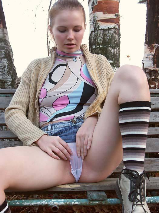 Девка из русской глубинки стягивает трусики с киски в городском парке 6 фото