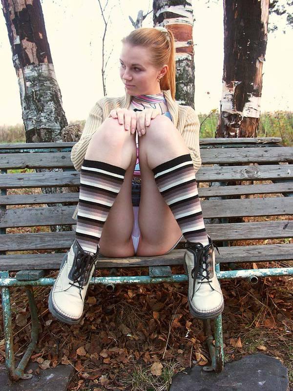 Девка из русской глубинки стягивает трусики с киски в городском парке 4 фото