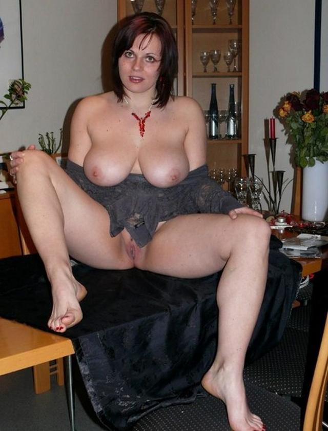 Пошлые мамочки из России оголяют большие титьки и попки 2 фото