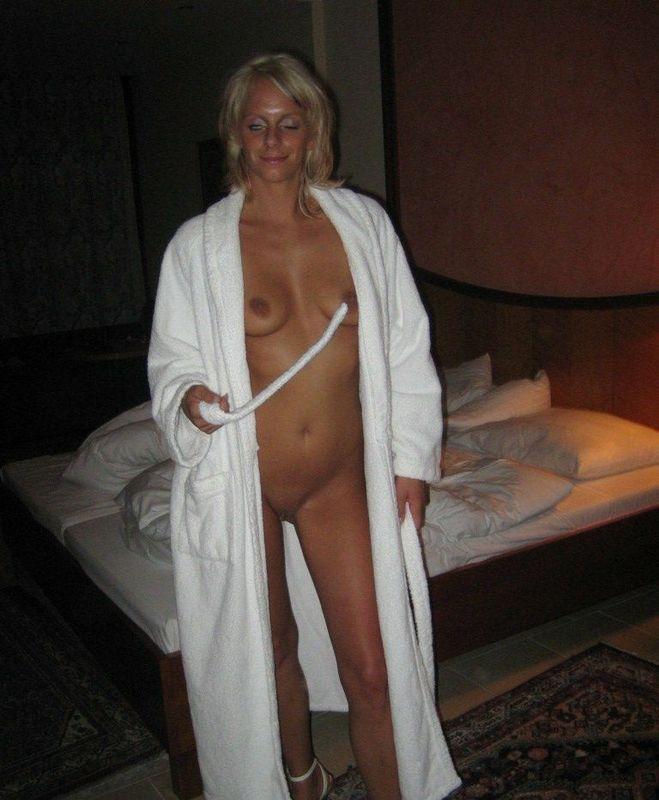 Блондинка порадовала свои дырочки игрушками и анальным сексом 5 фото