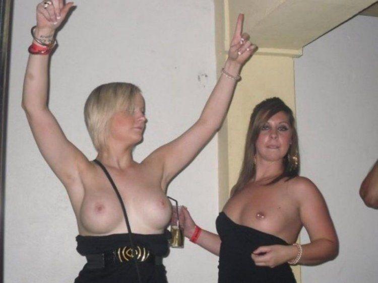 Стройные девушки соблазняют большими сиськами 8 фото