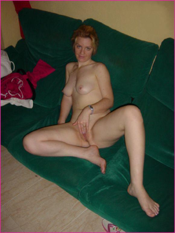 Мамаша сняла белье и удовлетворяется секс игрушкой 14 фото