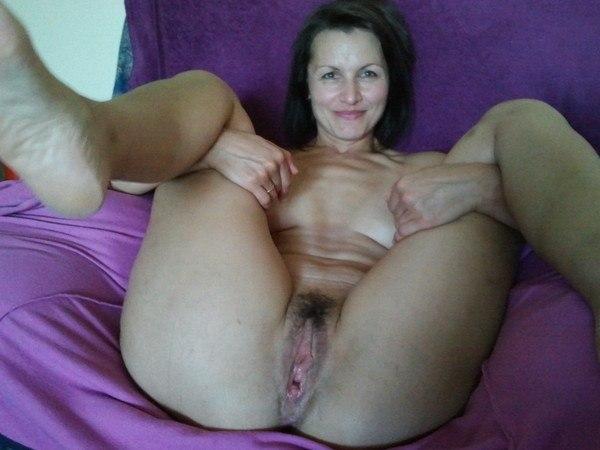 Зрелые женщины красуются дома голыми кисками 1 фото