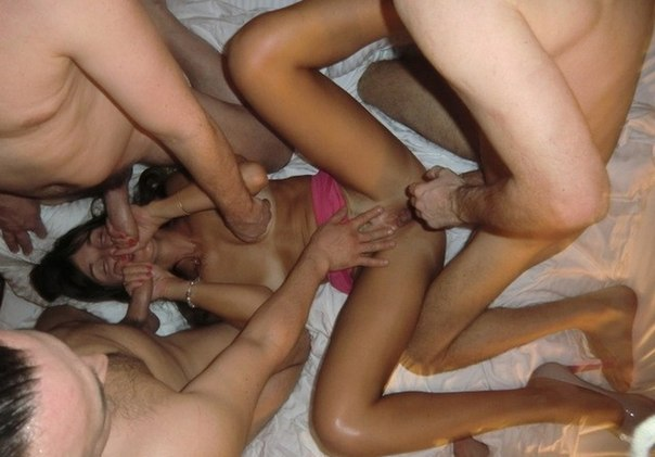 Голые девки трахаются и делают минет у себя дома 7 фото
