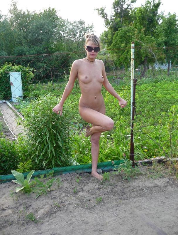 Дурная девушка веселится в деревне голышом 4 фото