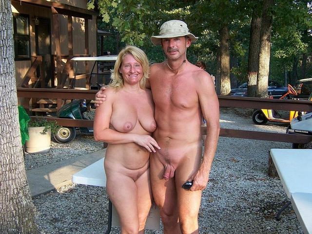 Озабоченные дамы развлекаются голышом 6 фото