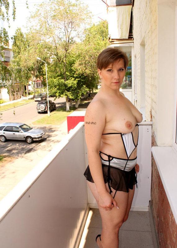 Жопастая баба позирует на балконе 7 фото