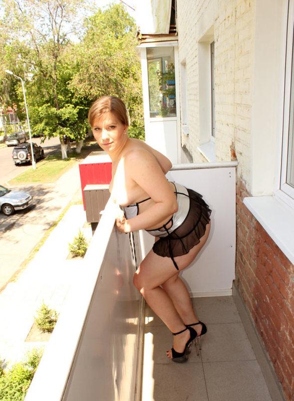 Жопастая баба позирует на балконе 14 фото