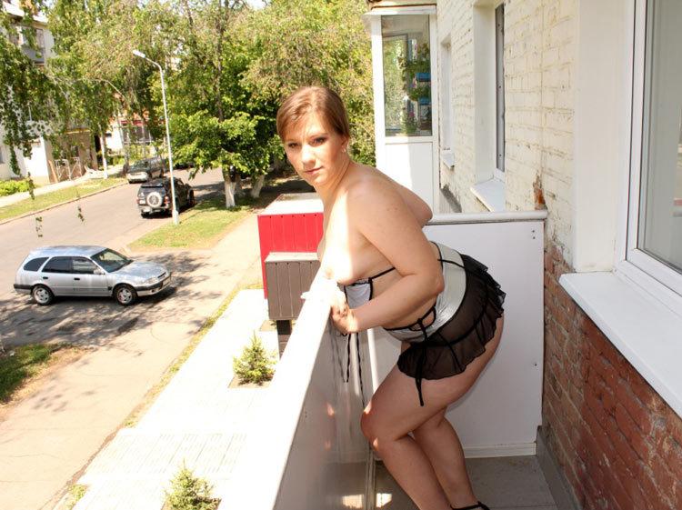 Жопастая баба позирует на балконе 13 фото