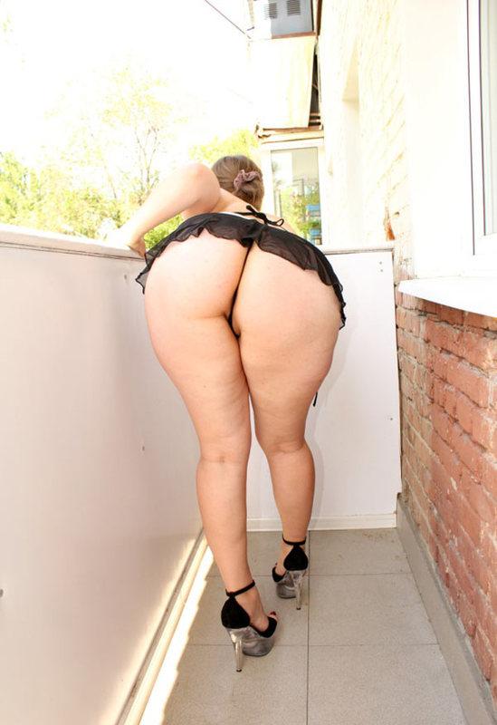 Жопастая баба позирует на балконе 17 фото