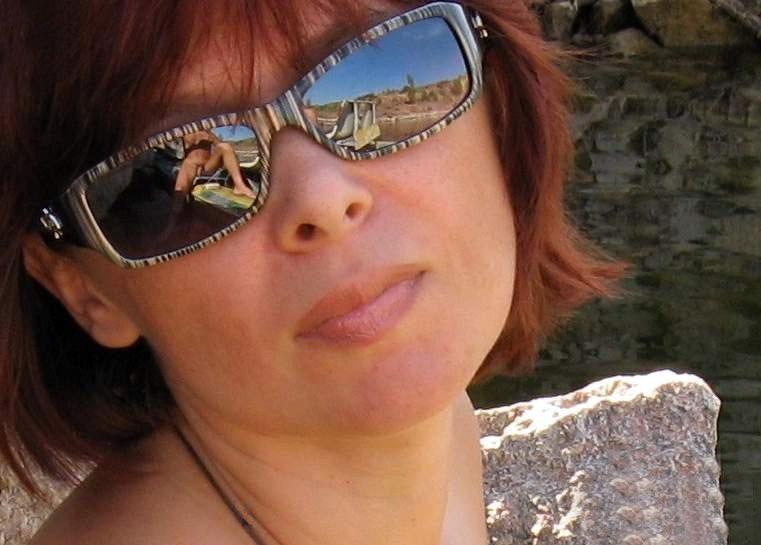 Женщина гуляет возле речки голышом 4 фото