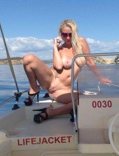 Похотливая баба отдыхает на яхте и на тусовке