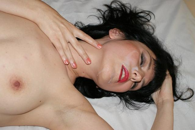 Взрослая брюнетка выложила в сеть несколько домашних сессий голышом 28 фото