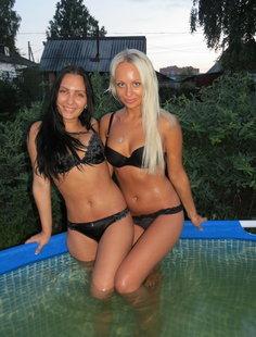 Русские дачницы купаются в резиновом бассейне во дворе