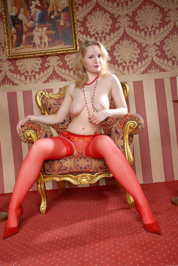 Сисястая блондиночка в чулках и трусиках 1 фото